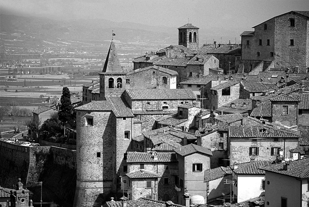 The hilltop village of Anghiari, where you will be able to visit the old Busatti workshops.