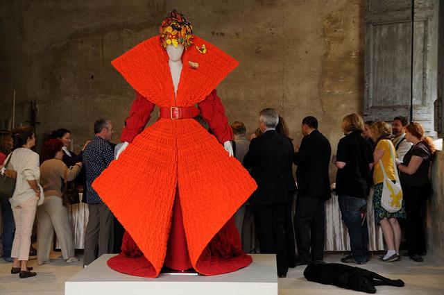 Cette robe flamboyante illustre avec éloquence l'art du plissage textile.