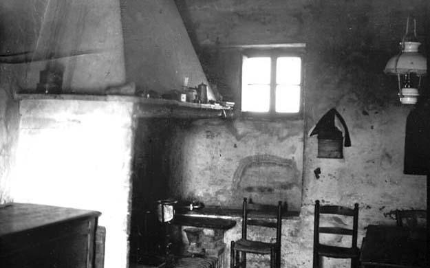 La cuisine d'une vieille ferme, avant sa rénovation par les Origos.