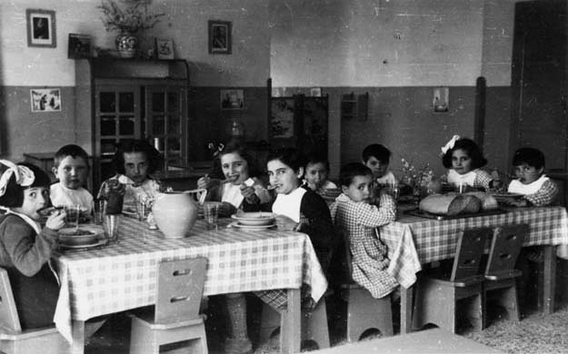 Refugee children from Genoa and Turin, welcomed to La Foce during the war.