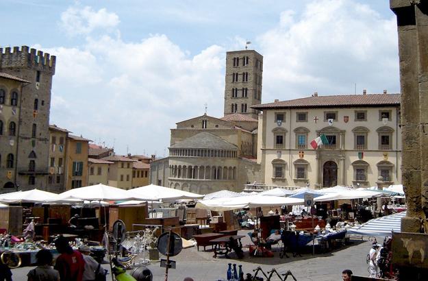 Vue d'ensemble de la Piazza Grande d'Arezzo.