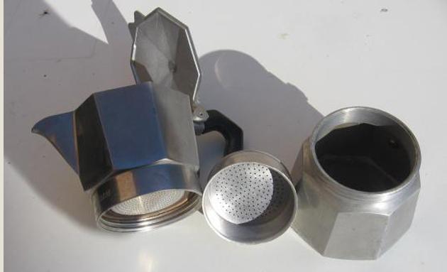 Les trois parties de la cafetière : le réservoir, le filtre, la verseuse.