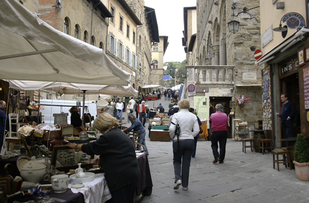Wandering about the charming lanes and alleyways of Arezzo.