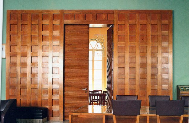 Les portes et les panneaux de la salle des professeurs sont en merisier.