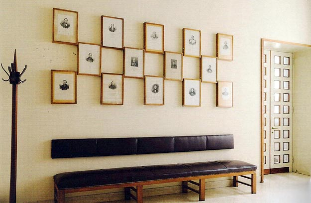 Above a superb Giò Ponti bench: engravings of eminent Italian academics.