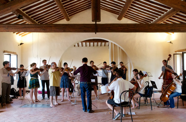 Das Kammerorchester bei der Probe in einem alten Heustadl.