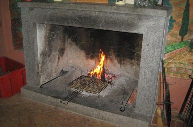 Die Bruschettas warden zuert über offenem Feuer geröstet, dann mit Olivenöl beträufelt.
