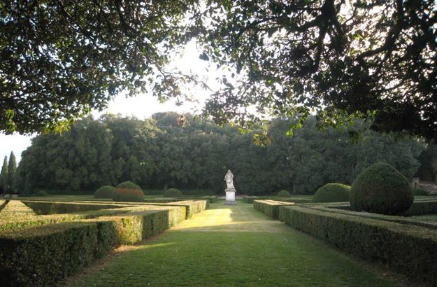 Die Führung bringt die Besucher zu den Horti Leonini, den Renaissance-Gärten.
