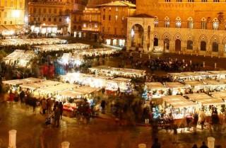 In der Nacht leuchtet die Piazza in allen Schattierungen von Gelb und Gold.