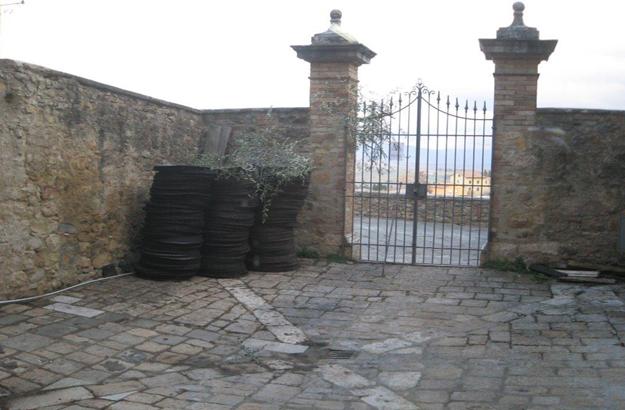Der alte Hof der Ölmühle von San Quirico