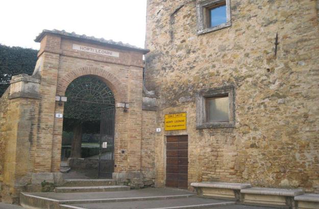 Dieses alte Tor führt zu den Horti Leonini