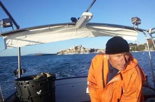 Paolo auf seinem Fischerboot, auf dem Weg zur offenen See.