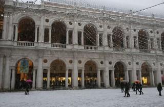 Die perfekte Mischung von Schnee und weißem Marmor: Die Basilica Palladiana.