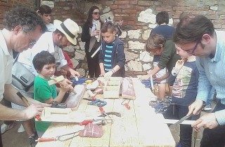 Davon können die Kinder nicht genug bekommen: Artischocken-Festival in Chiusure.