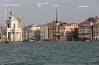 Der opulente Palazzo liegt genau an der Mündung des Canale Grande.
