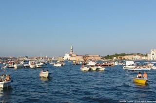 Hunderte geschmückte Boote versammeln sich in der Bucht von San Marco.  ©Dèsirèe Tonus