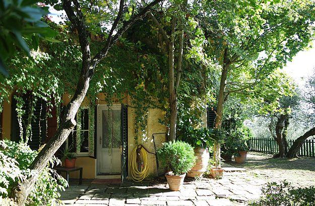Emiko und ich genossen einen Aperitif im Garten ihres gemütlichen Hauses.