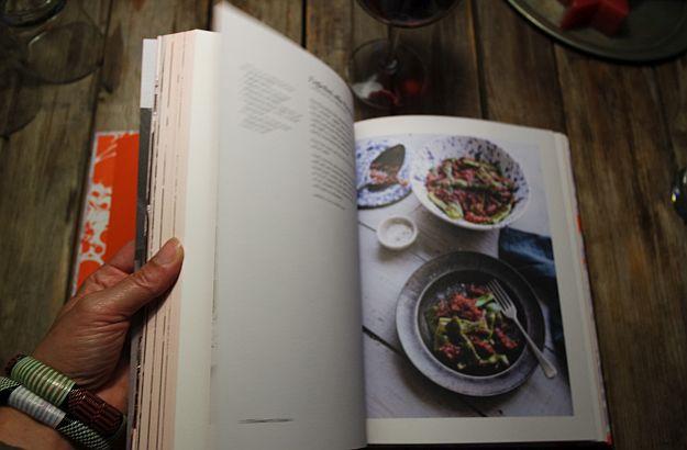 Hier blättere ich in Emikos Kochbuch über die florentinische Küche.
