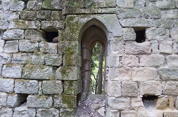 Im letzten noch erhaltenen Mauerrest entdecken wir  ein gotisches Fenster.