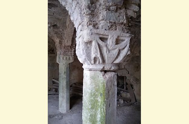 Die Kapitele der Säulen zieren geometrische und zoomorphe Muster.