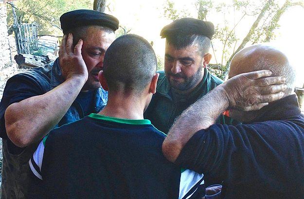Diese vier sardischen Hirten singen gerade ein traditionelles Volkslied