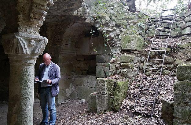 Hier erkundet Marco die verlassene Abtei San Salvatore di Giugnano.