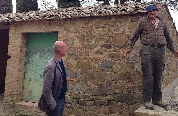 Oriano, einer der geschätzen toskanischen Handwerker, im Gespräch mit Marco auf einer Baustelle im Val d'Orcia.