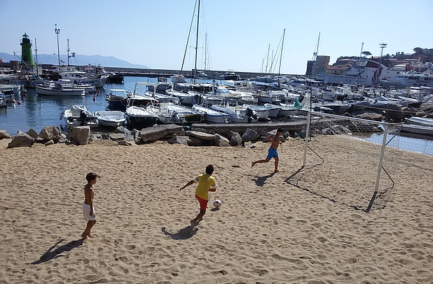 Come on, let's go play some football in front of the harbour!