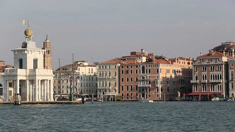 Ca'nova est situé là où le Grand Canal rejoint la Lagune. A gauche la pointe de la Punta della Dogana.