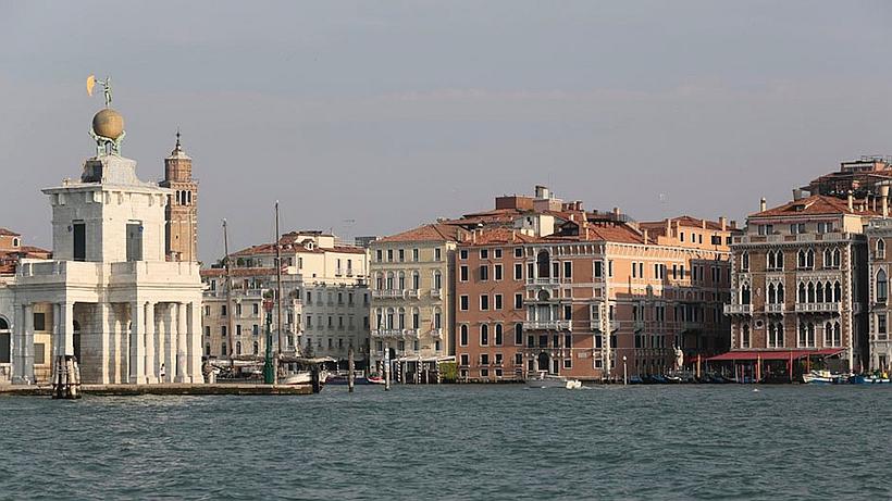 Ca'nova liegt an der Mündung des Canale Grande , links die Spitze der Punta della Dogana
